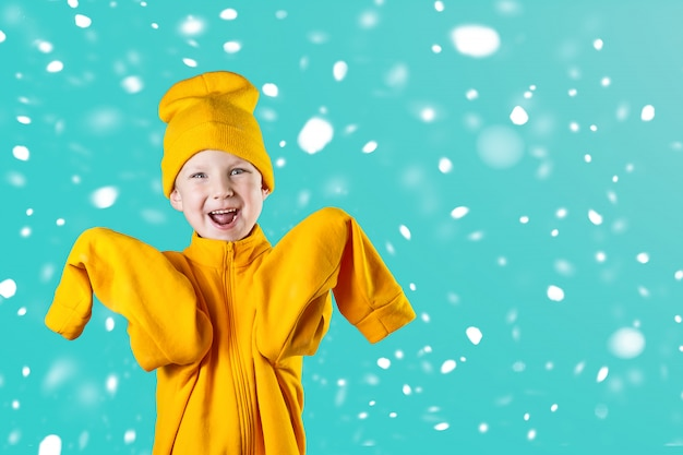 Een vrolijke kerel in een felgele jas en hoed verheugt zich enthousiast