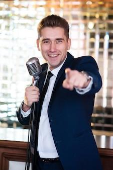 Een vrolijke man met microfoon