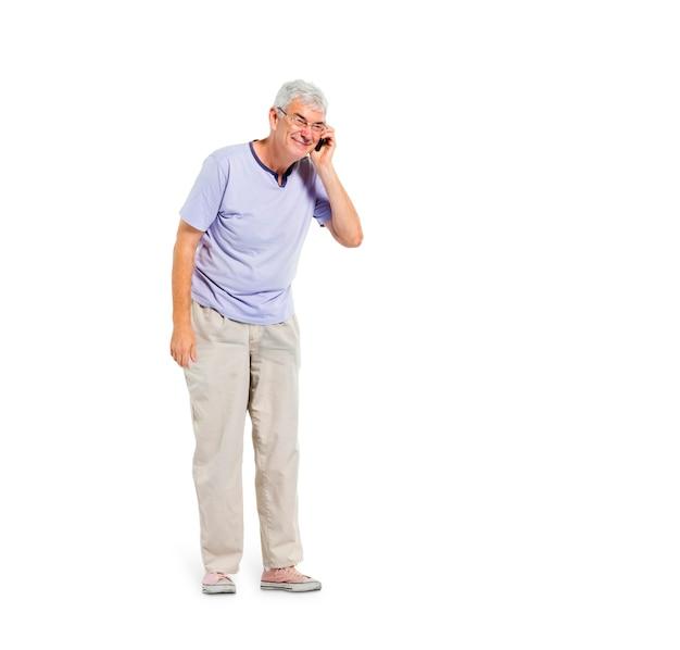 Een vrolijke oude man aan de telefoon