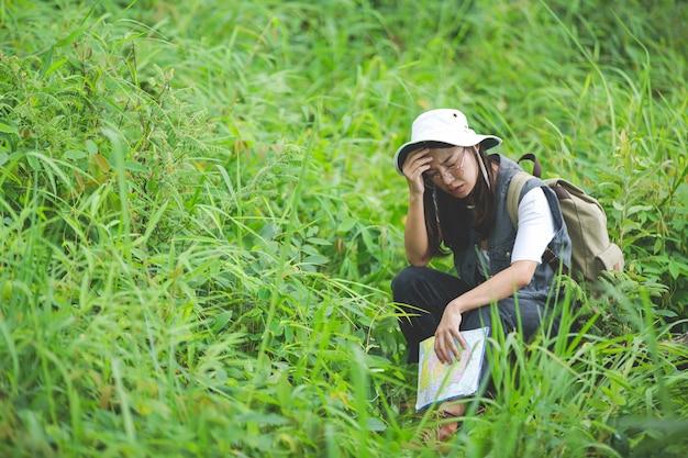 Een vrolijke wandelaar wandelt met een rugzak door de jungle.