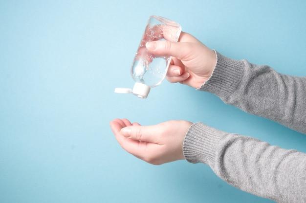 Een vrouw behandelt haar handen met een gelreinigingsmiddel