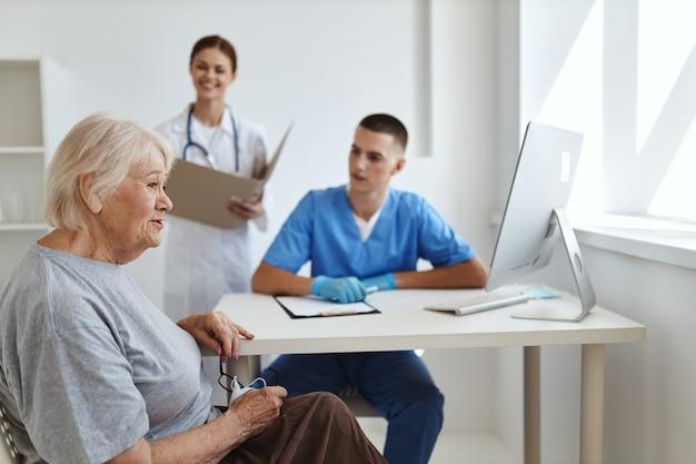 Een vrouw bij een dokters- en verpleegkundigenafspraak professionele gezondheidsdiagnostiek communicatie