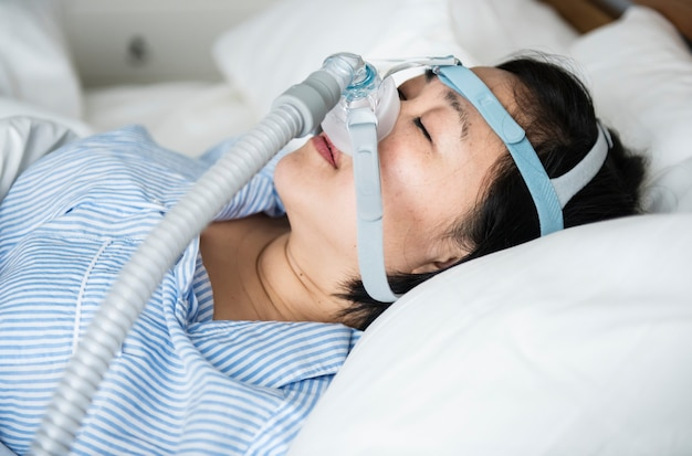 Een vrouw die anti-snurk kinbanden draagt