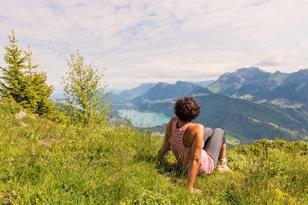 Een vrouw die de berg bekijkt