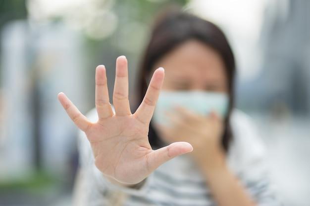 Een vrouw die een gezichtsmasker draagt, beschermt het filter tegen luchtvervuiling (pm2.5) of draagt een n95-masker
