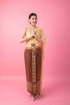 Een vrouw die een oude thaise jurk draagt