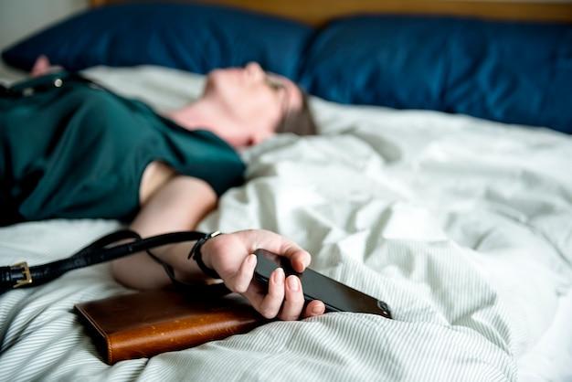 Een vrouw die flauwvalt in bed