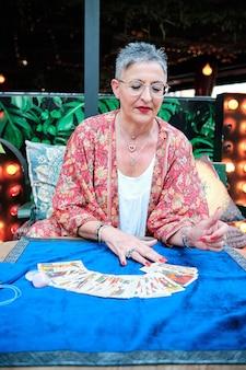 Een vrouw die tarotkaarten gebruikt om de toekomst te voorspellen