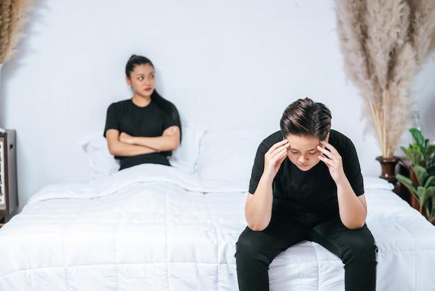 Een vrouw die van elkaar houdt, wordt boos en gaat op het bed zitten.