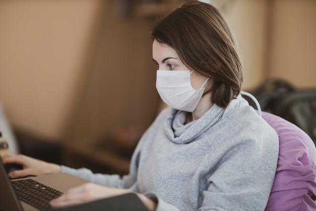Een vrouw die vanuit haar huis werkt tijdens de uitbraak van het coronavirus