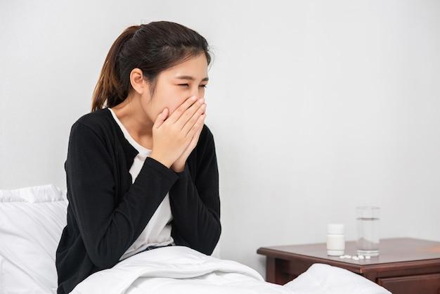 Een vrouw die ziek is met kiespijn en een hand op de wang houdt