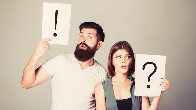 Een vrouw en een man een vraag, uitroepteken. paar in ruzie.