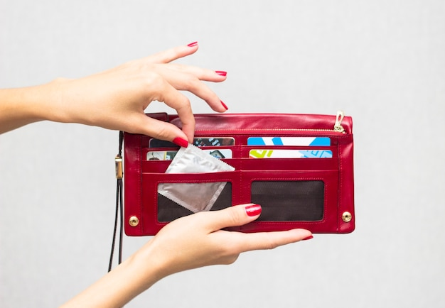 Een vrouw haalt een condoom uit haar tas
