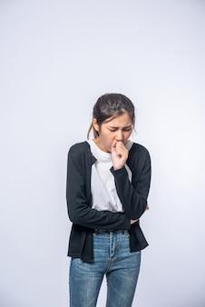 Een vrouw hoestte en bedekte haar mond met haar hand