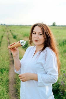 Een vrouw houdt een kegel met ijslolly's in haar handen. koel dessert in de zomer.