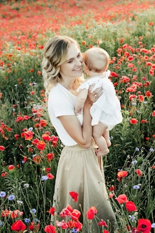 Een vrouw houdt haar baby vast en glimlacht