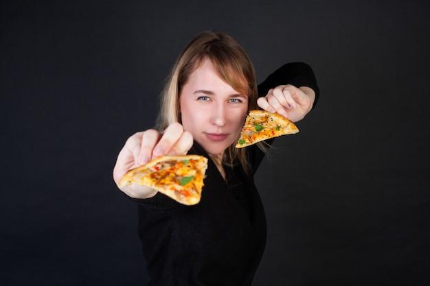 Een vrouw houdt pizzapunten vast en lanceert ze als messen.