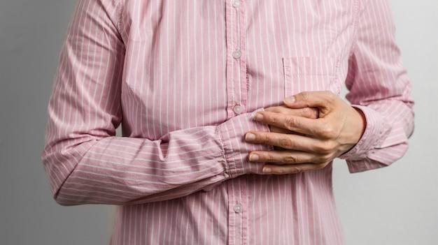 Een vrouw houdt zich vast aan een zieke kist. een hartaanval verstoort het vrouwtje.