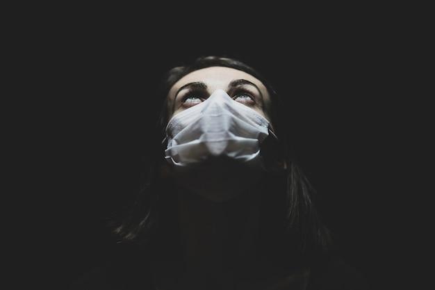Een vrouw in de quarantaine van het coronavirus