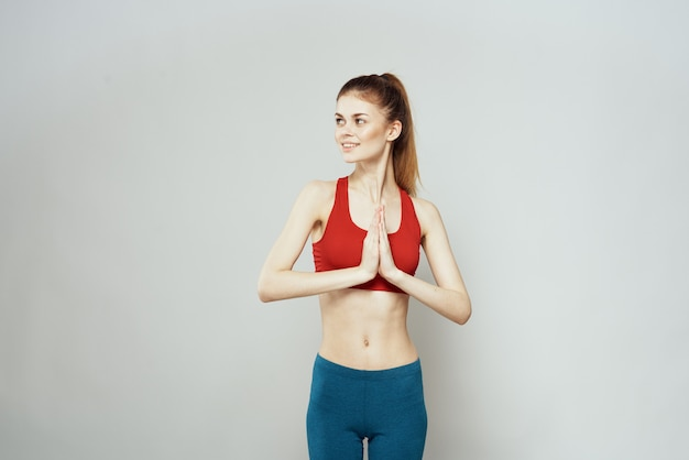 Een vrouw in een rood t-shirt op een lichte achtergrond