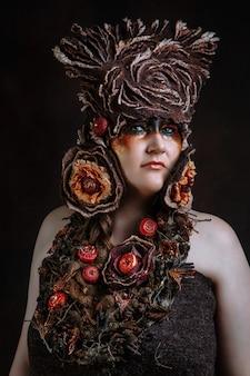 Een vrouw in een sprookjesachtig kostuum gemaakt van vilt