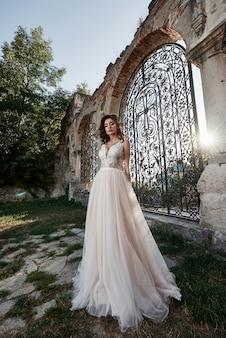 Een vrouw in een trouwjurk, geniet van gelukkige momenten van de gelukkigste trouwdag.