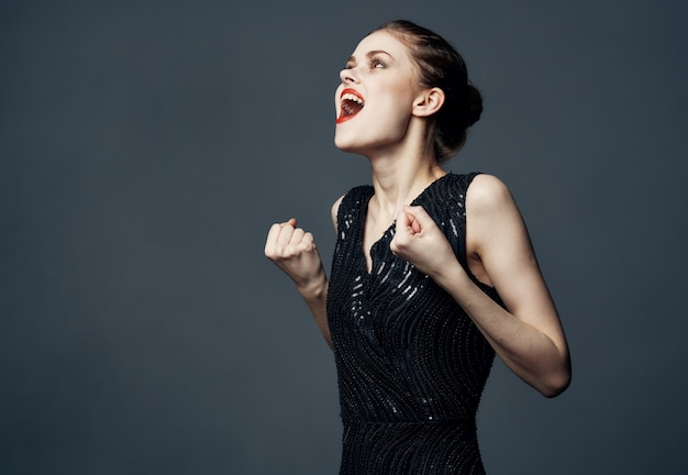 Een vrouw in een zwarte jurk