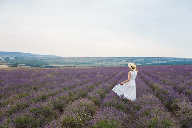 Een vrouw in lavendel veld