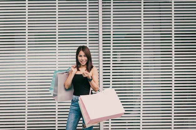 Een vrouw is gelukkig aan het winkelen