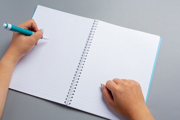 Een vrouw linkerhand met een pen. linkerhander dag concept.