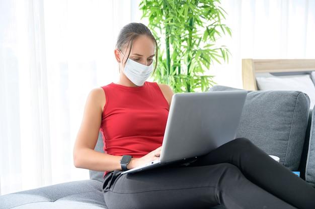 Een vrouw met casual kleding die vanuit huis werkt, online vergadert, videogesprek voert, conferenties houdt en online studeert
