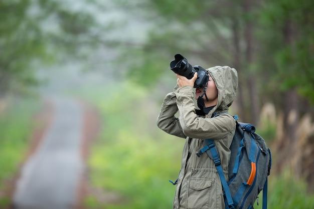 Een vrouw met een camera wereldfotograferdag.