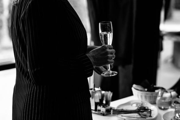 Een vrouw met een champagneglas in close-up