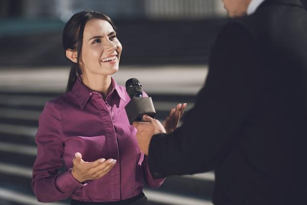 Een vrouw met een glimlach op haar gezicht beantwoordt de vraag