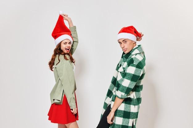 Een vrouw met een hoed achter een pompon en een knappe man in een geruit overhemd