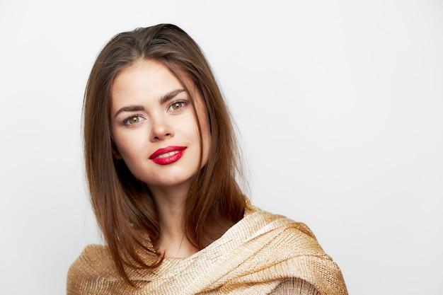 Een vrouw met een hoofddoek luxe make-up met glimlach charme