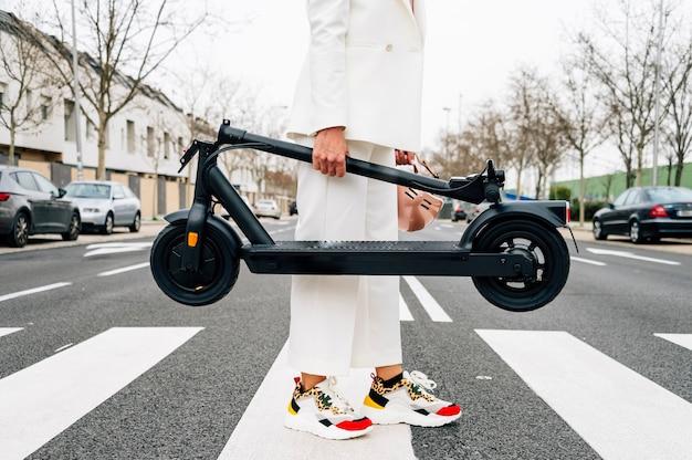 Een vrouw met een opvouwbare elektrische scooter