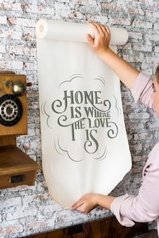 Een vrouw met een poster met motivatie citaat