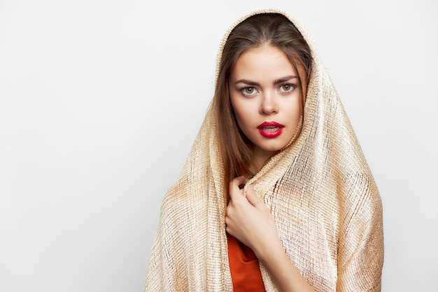 Een vrouw met een sjaal modelmake-up van de rode lippengodsdienst