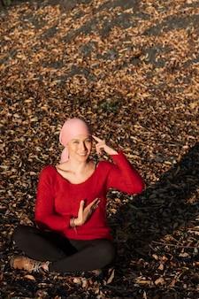 Een vrouw met kanker raakt haar borst aan, wat aangeeft dat u aan zelfonderzoek moet denken