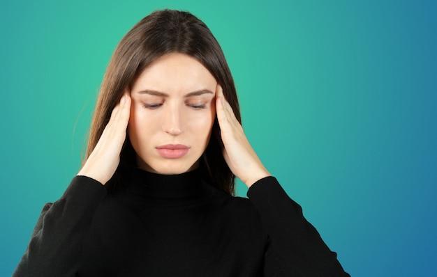 Een vrouw met pijn in haar hoofd houdt migraine op haar hoofd vast