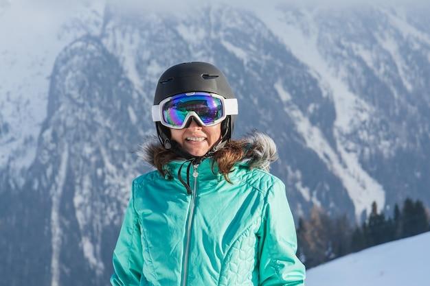 Een vrouw na het skiën