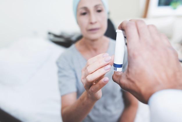 Een vrouw ondergaat revalidatie na behandeling van kanker.