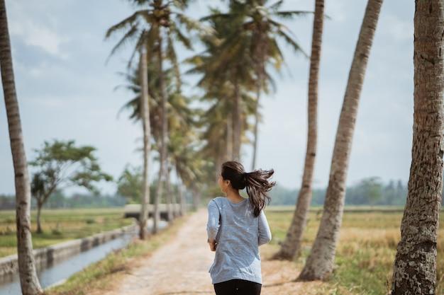 Een vrouw rende tussen kokospalmen