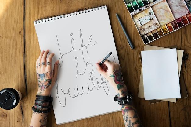 Een vrouw schrijft een citaat uit de levensmotivatie