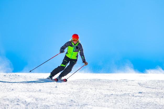 Een vrouw skiën op de skipiste