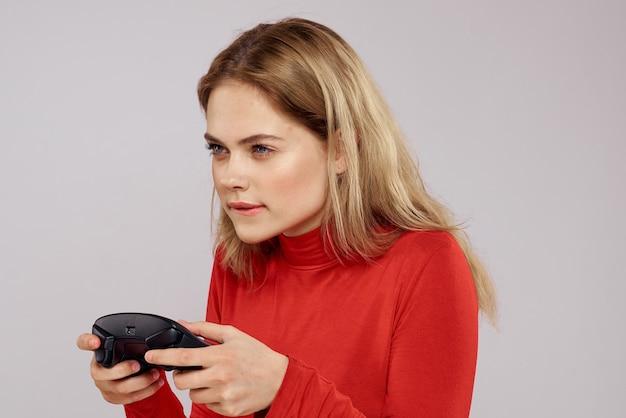 Een vrouw speelt een spel met controllers
