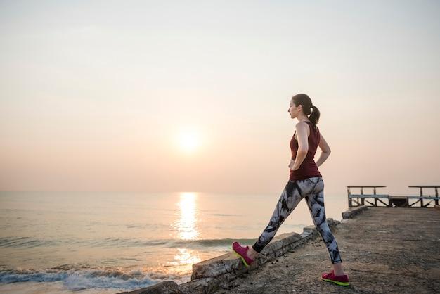 Een vrouw strekt zich uit op het strand