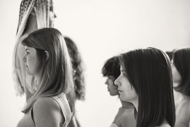 Een vrouw tegen een grote menigte het meisje twijfelt aan de activiteiten van de meerderheid veel meisjes in beige...