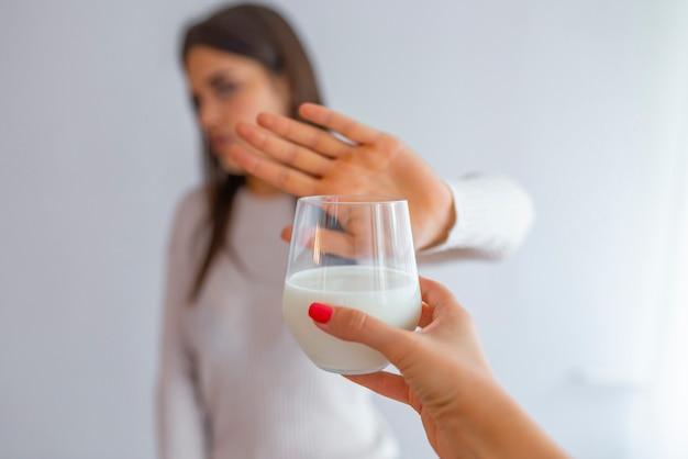 Een vrouw voelt zich slecht, heeft maagklachten, een opgeblazen gevoel door lactose-intolerantie.